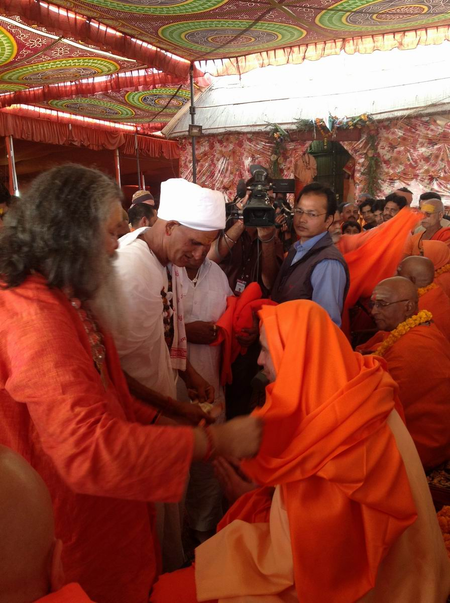 14 Auspicious day for two new Mahamandelshwars, H.H Swamiji and Tulsa Ramji offer them shawls as we all wish them well for their future succes
