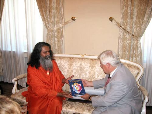 Exchanging gifts: president Kucan received a copy of recently published Swamiji\'s book HIDDEN POWERS IN HUMAN