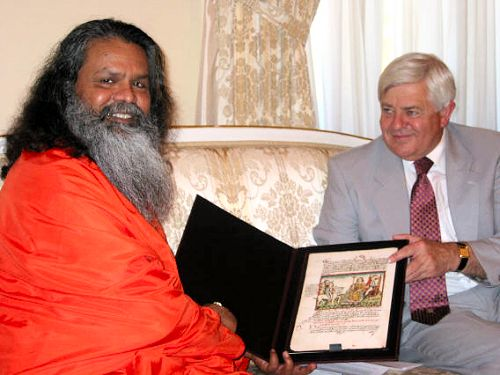 Exchanging gifts: Swamiji received a reproduction of the oldest picture about the enthronment of the dukes of Carinthia (from 1480)