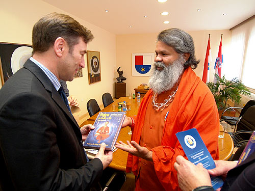 His Holiness Swamiji with the Governor of Medjimurje Cunty, Mr. Josip Posavec