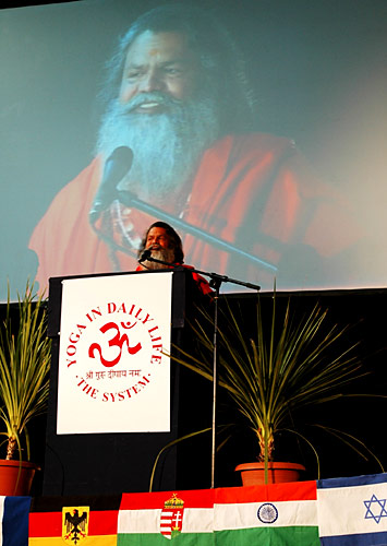His Holiness Swamiji speaks to the audience