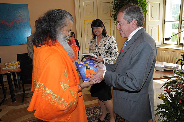 His Holiness Swamiji honoured by the Governor of the Federal Province Salzburg, and the Mayor of the City of Salzburg, Austria